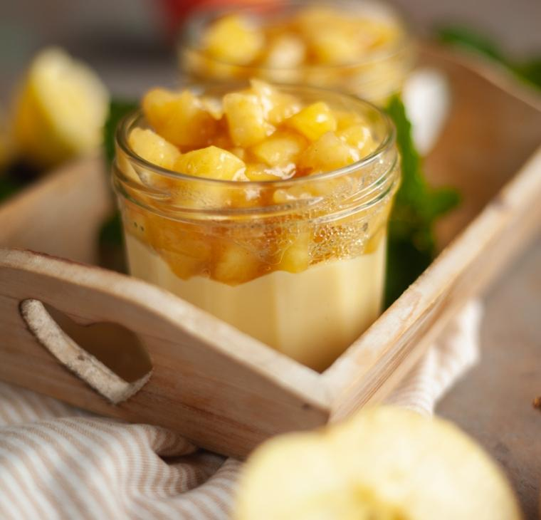 Vanilijev puding s karamelno jabolčnim nadevom