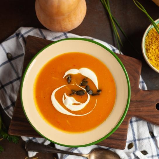 Bučna juha z jušnimi rezanci in smetanovim prelivom