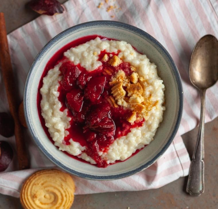 Mlečni riž s slivovim kompotom in piškoti