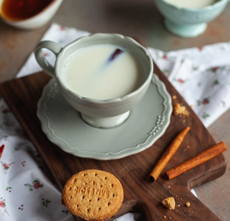 Praznični medenjakov mlečni napitek