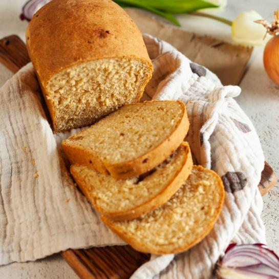 Mehek kruh s karamelizirano čebulo