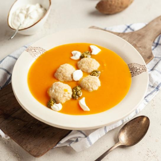 Oranžna zimska juha s skutnimi cmoki