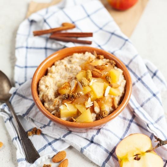 Kuhani ovseni kosmiči z jabolki in mandlji