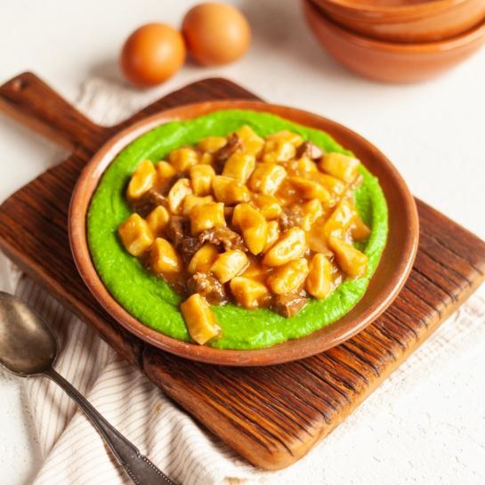 Krompirjevi njoki v golažu na grahovem pireju