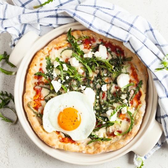 Pirina pica z regratom in jajcem