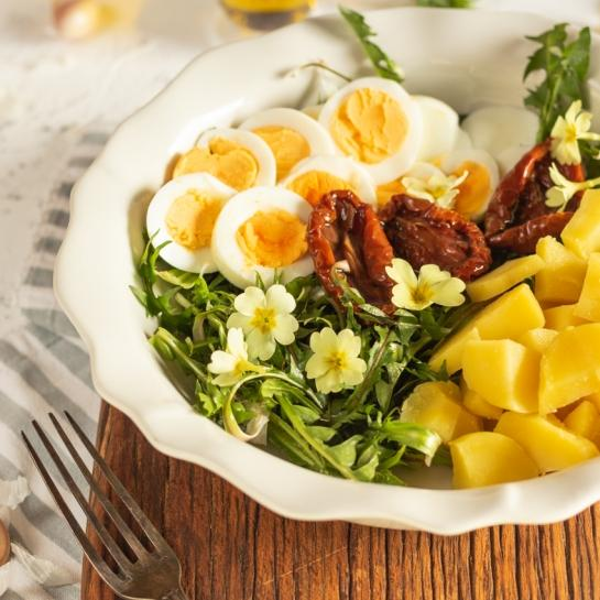 Regratova solata s suhimi paradižniki, jajcem in krompirjem