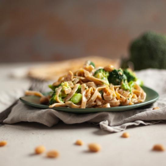 Rezanci v arašidovi omaki z brokolijem