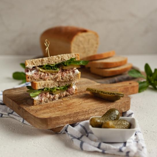 Toast kruh in bogat tunin sendvič