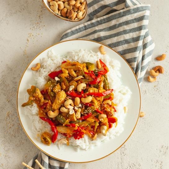 Azijski pad thai z rižem in indijskimi oreščki