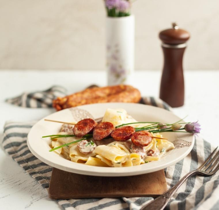 Krpice v jajčni gorčični omaki s hrustljavo kranjsko klobaso