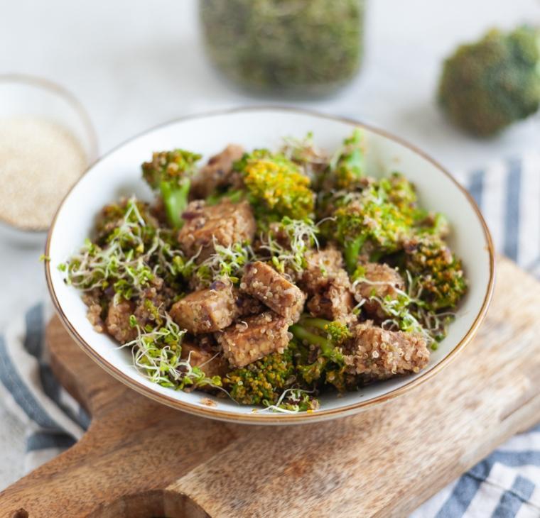 Tempeh z brokolijem, kvinojo in kalčki