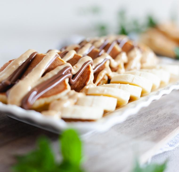 Babičine bananine palačinke s snickers prelivom