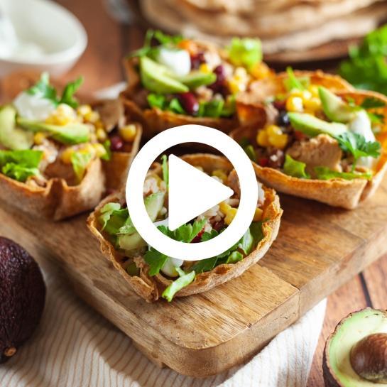 Nadevane polnozrnate tortilja skledice s tunino solato in avokadom