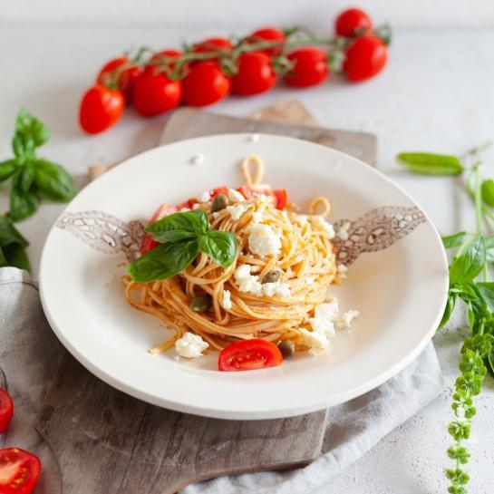 Buccatini s pesto rosso, svežim sirom in kaprami