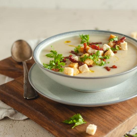 Kremasta ohrovtova juha s hrustljavo panceto in zdrobom