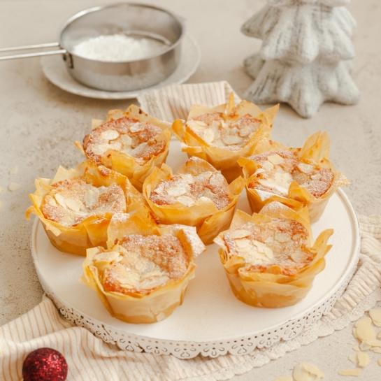 Jabolčne pite z mandljevim frangipanom v vlečenem testu