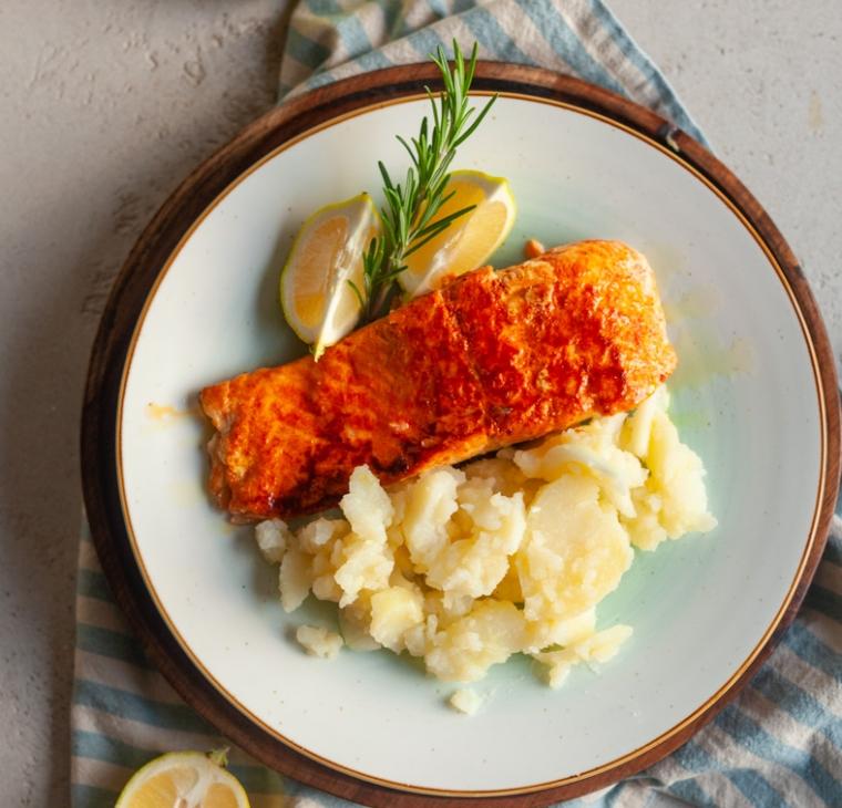 Losos s sladko papriko in krompirjeva solata