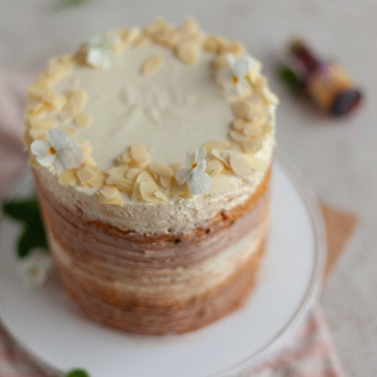 Visoka bela in mlečna čokoladna torta