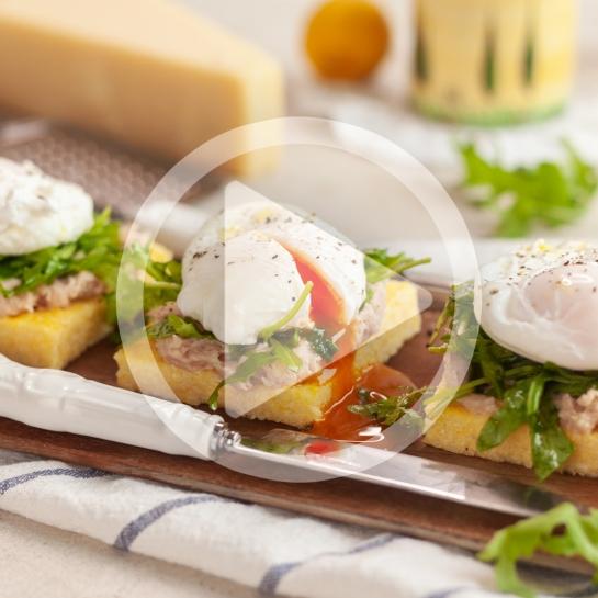 Polentine rezine s patejem, rukolo in poširanim jajcem