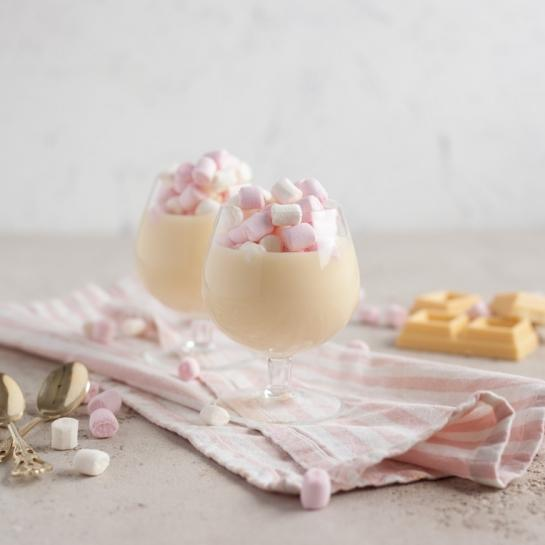 Bela vroča čokolada s penicami