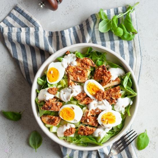 Piščančja solata z jajci, motovilcem in jogurtovo polivko