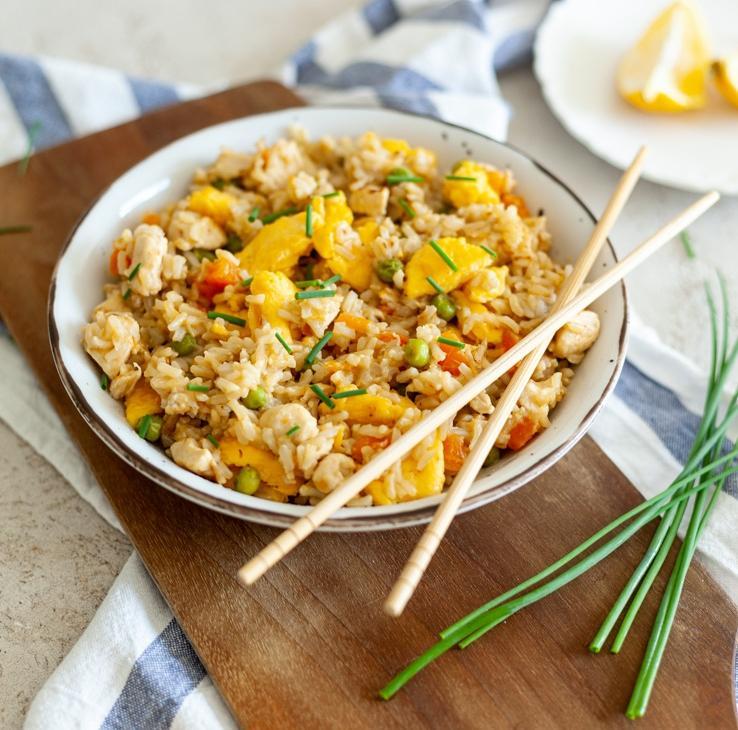 Azijski pražen rjavi riž s piščančjim mesom in jajci