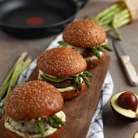 Goveji burger s šparglji in avokadovo kremo