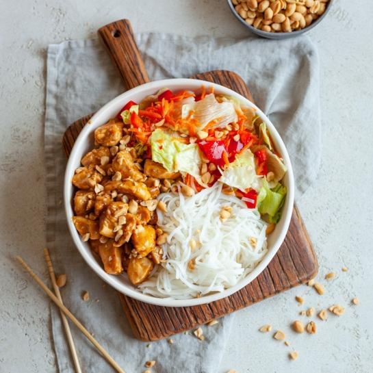 Azijska solatna skleda s piščancem in arašidi