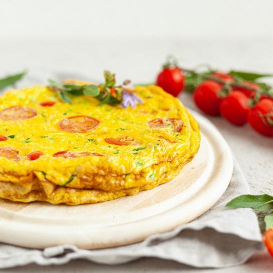 Debela omleta z rezanci, bučkami in paradižnikom