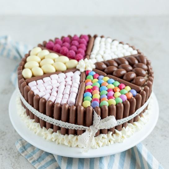 Otroška marelična torta s čokoladnimi palčkami