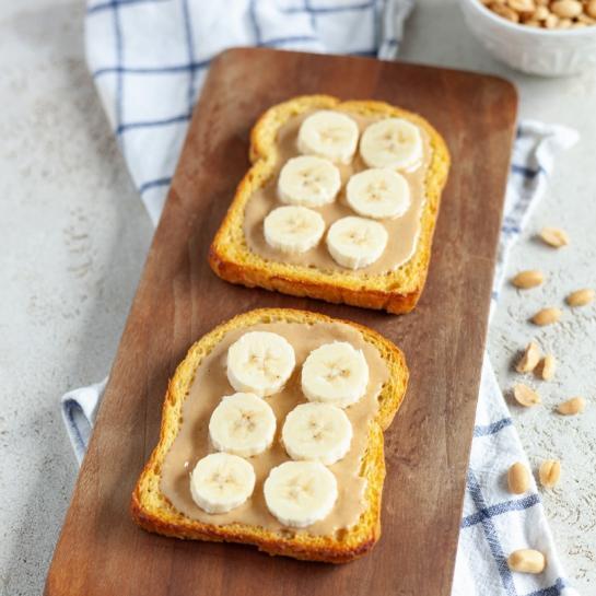 Jajčni kruhki z arašidovim maslom in bananami