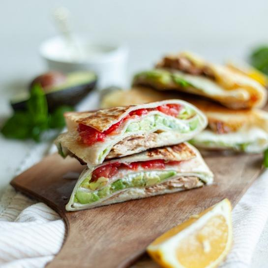 Poletni tortilja tunin sendvič