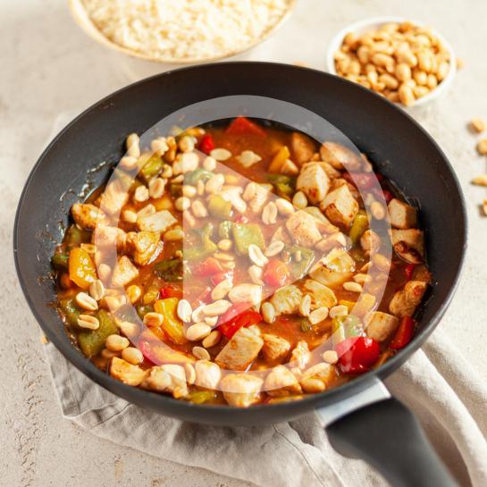 Piščanec po kitajsko s paprikami in arašidi