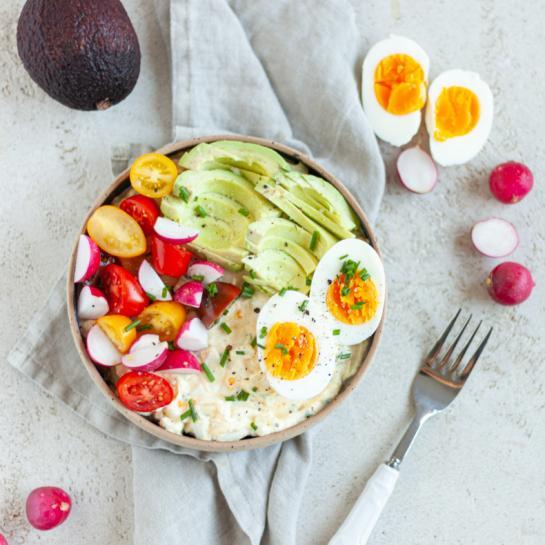 Zajtrk skleda z jajci, avokadom in skuto