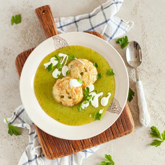 Gosta bučkina juha z brezglutenskimi kruhovimi cmoki